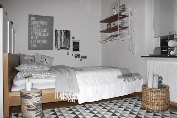 Sovrum i grått och vitt hemma hos Mira Moln